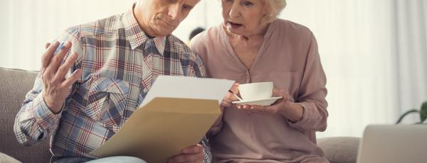 Seniorenpaar unterschreibt Vertrag