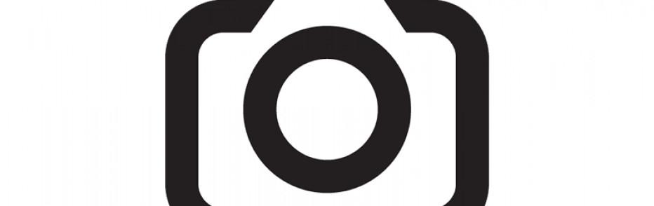 Drei Hochhäuser vor blauem Himmel