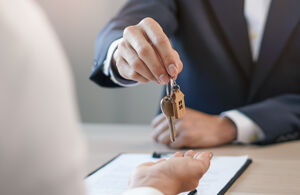 Makler hält Schlüssel