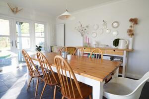 Esszimmer mit Holztisch