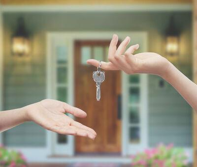 Schlüsselübergabe vor Haustür