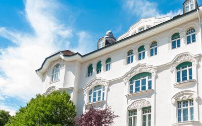 Weisses Haus mit Stuckfassade