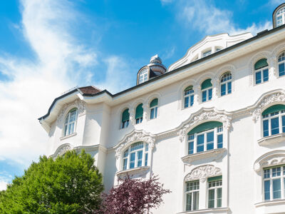Weißes Haus mit Stuckfassade