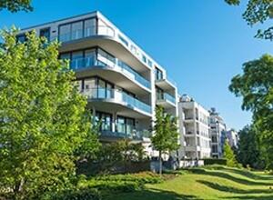 Moderne Mehrfamilienhäuser mit Wiese