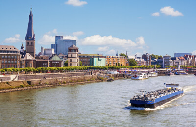 Blick auf Düsseldorf vom Rhein aus