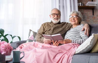 Glückliches Seniorenpaar auf dem Couch