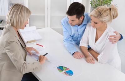 Junges Paar bei Beratung zur Finanzierung