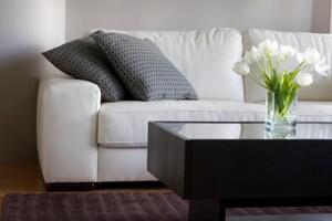 Sofa und kleiner Tisch