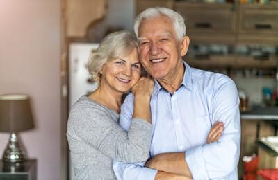 Älteres Ehepaar umarmt sich