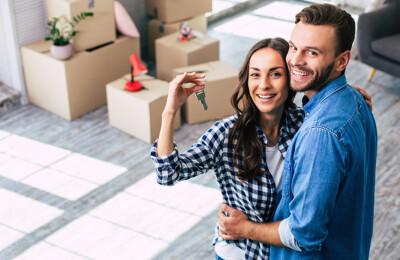 Junges Paar in neuer Wohnung