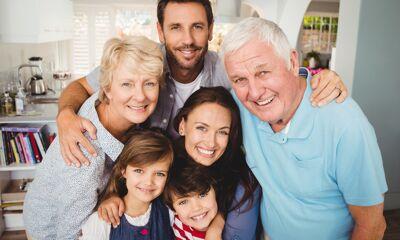 Familie lacht