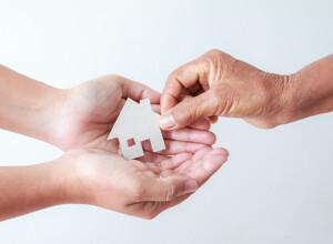 Kleines Haus in Händen