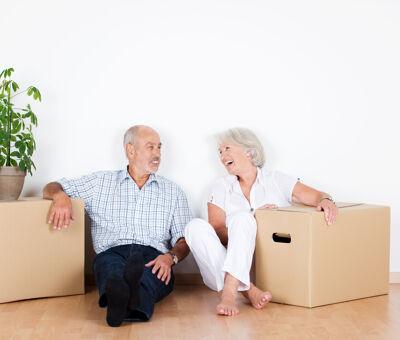 Älteres Paar mit Umzugskartons