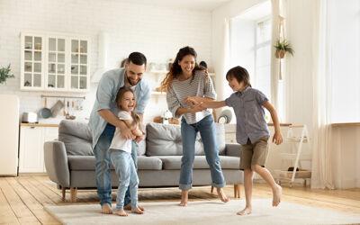 Lachende Familie in Wohnzimmer