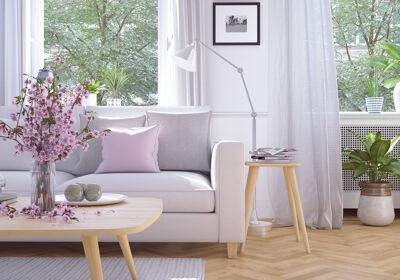 Modernes Wohnzimmer mit Blumenstrauß