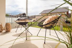 Stühle auf Terrasse