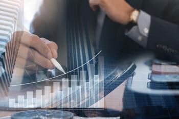 Makler mit einem Stift in der Hand prüft die Entwicklung von Anlagewerten