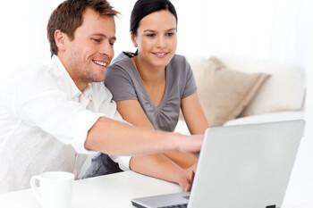 Ehepaar auf der Suche nach einem neuen Haus im Internet