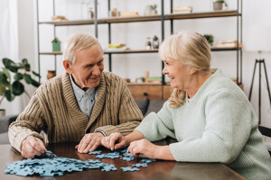 Glückliches Seniorenpaar verbringt Zeit miteinander
