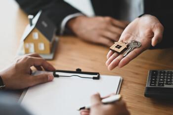 Schlüsselübergabe bei Abschluss eines Immobilienkaufs