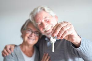 Seniorenpaar hält Schlüssel