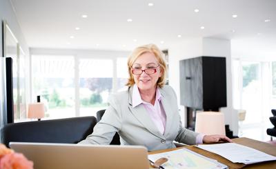 Frau Galitz am Schreibtisch