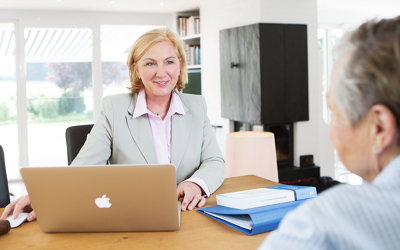 Frau Galitz am Laptop mit Kundin