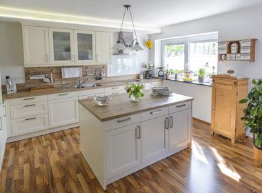 Helle Küche im Landhausstil