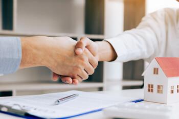 Händeschütteln beim Verkaufsabschluss einer Immobilie in Rottweil