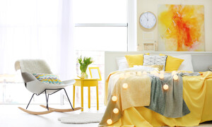 Schlafzimmer mit gelben Akzenten
