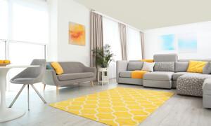 Wohnzimmer mit gelben Akzenten