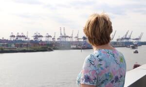 Frau am Hamburger Hafen