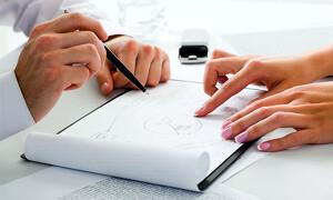 Makler erklärt dem Kunden etwas mit Hilfe von Skizzen