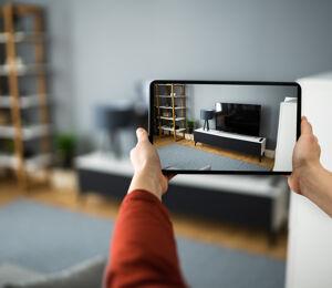 Immobilienfotos am Tablet