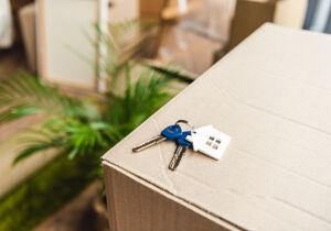 Schlüssel auf Umzugskarton