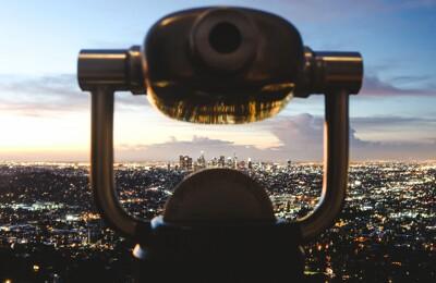 Teleskop über der Stadt