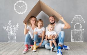 Glückliche Familie im neuen Zuhause