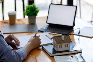 Makler berechnet den Wert einer Immobilie