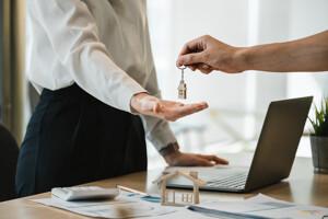 Übergabe des Schlüssels an den neuen Eigentümer der Immobilie