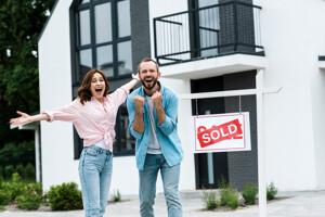 Paar freut sich über verkauftes Haus