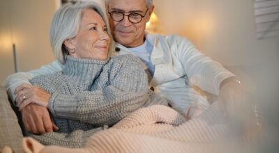 Seniorenpaar sitzt auf Couch