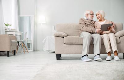 Altes Ehepaar auf dem Sofa