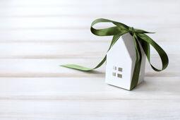 Haus mit Geschenkband