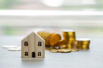 Modellhaus und Münzen