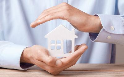 Hand hält Haus