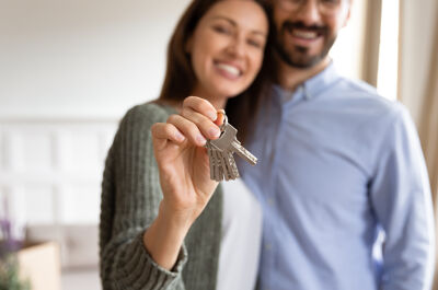 Paar hält Schlüssel