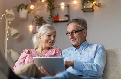 Älteres Ehepaar mit Tablet