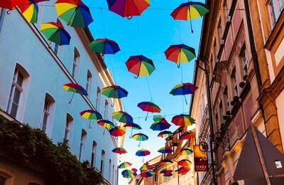 Bunte Regenschirme über einer Gasse