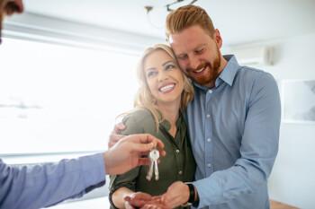 Paar erhält Hausschlüssel