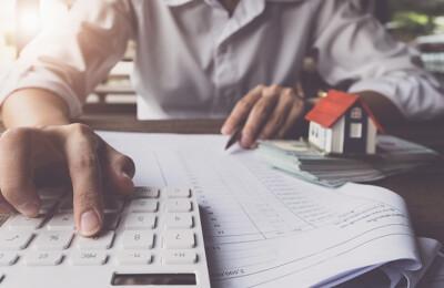 Ein Makler berechnet die Immobilienfinanzierung